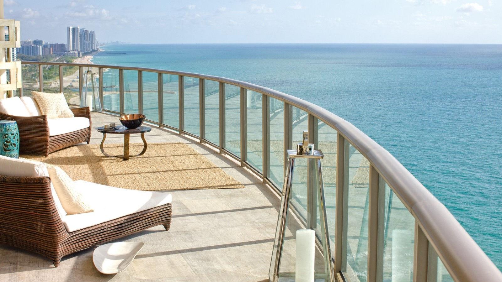 Naomi marvels in Miami - Wayne Pollock Exclusive Luxury